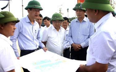 Đoàn công tác kiểm tra công trình Dự án xây dựng khu dân cư nông thôn mới.