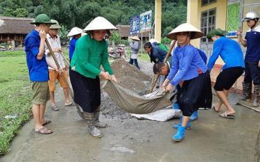 Người dân huyện Lục Yên tham gia xây dựng kết cấu hạ tầng nông thôn.