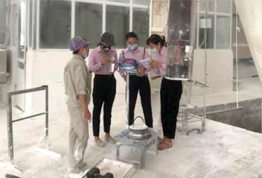 Kiểm định phương tiện đo tại Nhà máy Xi măng Yên Bái.