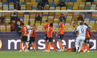 Thủ môn Trubin đẩy cú sút phạt của Lukaku đi chạm xà ngang ở phút 42.