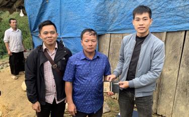 Trung úy Nguyễn Hồng Kỳ (ngoài cùng bên phải) đã đến tận nhà trao tận tay cho ông Hờ A Cá là chủ nhân đánh rơi ví