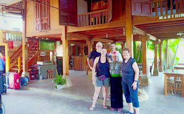 Nhà sàn truyền thống ở Sà Rèn thu hút rất đông du khách quốc tế đến trải nghiệm, khám phá.(Ảnh: Internet)