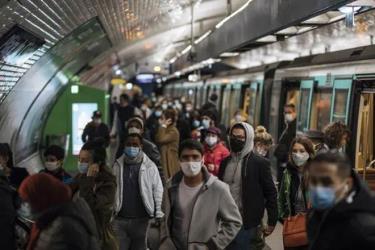 Khách đi tàu điện ngầm ở thủ đô Paris, Pháp đều đeo khẩu trang phòng chống dịch.