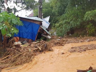 Mưa lớn gây sạt lở nghiêm trọng tại huyện Nam Trà My, tỉnh Quảng Nam.