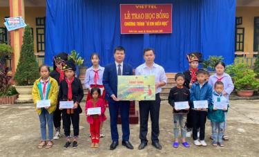 Đại diện Viettel huyện Văn Yên trao học bổng cho các học sinh hiếu học ở xã Viễn Sơn.