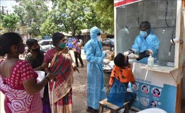 Nhân viên y tế lấy mẫu dịch xét nghiệm COVID-19 cho người dân tại Hyderabad, Ấn Độ.