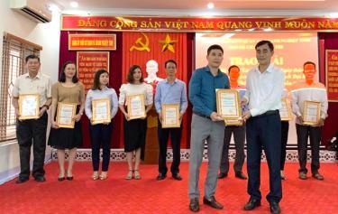 Lãnh đạo Đảng ủy Khối cơ quan và doanh nghiệp tỉnh trao giải Nhất cho thí sinh xuất sắc tại Cuộc thi tuần thứ 4.