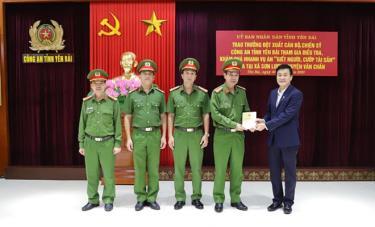 Đồng chí Nguyễn Chiến Thắng – Phó Chủ tịch UBND tỉnh Yên Bái trao thưởng cho các thành viên Ban chuyên án.