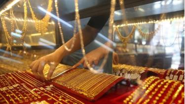 Vàng đang chịu áp lực giảm vì những biến động của thị trường chứng khoán và đồng USD.