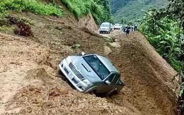 Do ảnh hưởng của mưa lớn, vào ngày 16/10/2020, tại Km9+530 thuộc tuyến đường liên xã Mường Sang - Chiềng Khừa, huyện Mộc Châu, tỉnh Sơn La, một lượng lớn đất từ taluy dương sạt xuống đường, cuốn theo một ô tô bán tải của người dân xuống vực.