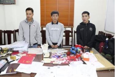 Các đối tượng Đặng Duy Minh, Nguyễn Ngọc Huyên và Đặng Văn Sáng (từ trai sang phải) cùng các tang vật vụ án.