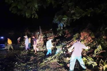 Cưa cây mở đường vào xã Trà Leng, huyện Trà My (Quảng Nam) để cứu hộ các hộ dân bị sạt lở đất tối 28.10.
