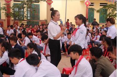 Truyền thông dân số và sức khỏe sinh sản cho các đối tượng là vị thành niên được tổ chức tại các trường học trong huyện. Trong ảnh: Truyền thông về sức khỏe sinh sản vị thành niên ở Trường THCS xã Kiên Thành, huyện Trấn Yên. (Ảnh: Minh Huyền)