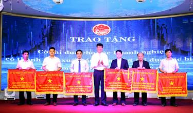 Chairman of the Yen Bai provincial People's Committee Tran Huy Tuan presents emulation flags to six collectives in recognition of their outstanding achievements in the special emulation campaign held to mark the 19th provincial Party Congress this year.