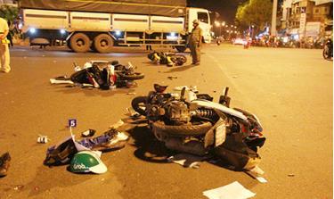 Hiện trường vụ tai nạn do nữ tài xế Nguyễn Thị Nga (trú tại đường D5, phường An Phú Đông, quận 12, TP Hồ Chí Minh) gây ra sau khi ăn nhậu và uống rượu bia tại một nhà hàng đã khiến 1 người chết, 5 người bị thương một cách oan ức. (Ảnh minh họa - nguồn CAND)
