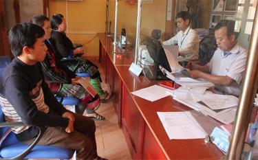 Người dân đến Bộ phận Phục vụ hành chính công xã Cao Phạ giải quyết các thủ tục hành chính.