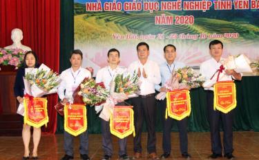 Lãnh đạo Sở Lao động - Thương binh và Xã hội tặng hòa và cờ lưu niệm cho các đoàn có giáo viên tham gia Hội giảng.