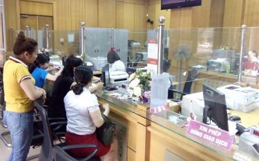 Quầy giao dịch tại Ngân hàng Nông nghiệp và Phát triển nông thôn Chi nhánh Yên Bái luôn đáp ứng nhu cầu vốn vay cho các thành phần kinh tế.