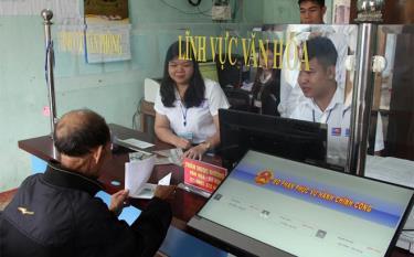 Cán bộ Bộ phận Phục vụ hành chính công xã Đồng Khê hướng dẫn người dân giải quyết thủ tục hành chính.