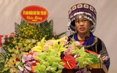 Chị Giàng Thị Của chia sẻ kinh nghiệm hoạt động Hội nhân kỷ niệm 90 năm Ngày thành lập Hội Liên hiệp Phụ nữ Việt Nam tại Hội Liên hiệp Phụ nữ tỉnh.