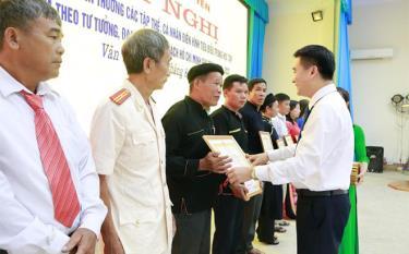 Ông Phùng Vinh Minh, thôn Trung Tâm, xã Mỏ Vàng nhận giấy khen gương điển hình học tập, làm theo Bác giai đoạn 2016 - 2020 của UBND huyện Văn Yên.