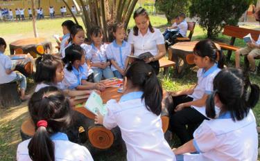 Khuôn viên đọc sách khuyến khích học sinh đọc sách báo trong giờ ra chơi của Trường Tiểu học Kim Đồng, thị xã Nghĩa Lộ.