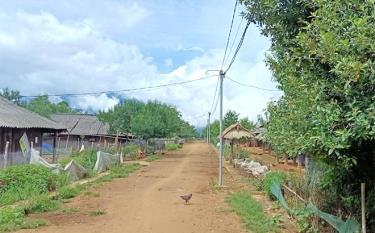 Người dân chòm Cu Vai đang dùng điện năng lượng mặt trời chỉ đủ thắp sáng 2 giờ/ngày.