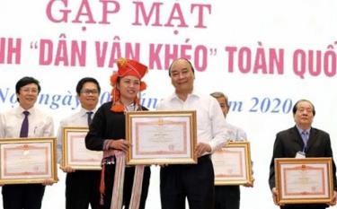 Chị Lý Thị Thiêm - Bí thư Đoàn xã Lao Chải (Mù Cang Chải) vinh dự được nhận Bằng khen của Thủ tướng Chính phủ vì đã có nhiều thành tích trong công tác dân vận.