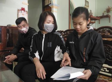 Giáo viên Trường TH&THCS Quy Mông hướng dẫn ôn luyện kiến thức cho học sinh tại nhà do ảnh hưởng dịch bệnh COVID-19. Ảnh minh họa