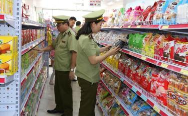 Cán bộ Cục Quản lý thị trường tỉnh kiểm tra mặt hàng lương thực, thực phẩm trên địa bàn thành phố Yên Bái.