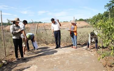 Cán bộ Trung tâm Phát triển quỹ đất (Sở Tài nguyên - Môi trường) đẩy nhanh tiến độ giải phóng mặt bằng, tạo quỹ đất để thu ngân sách.