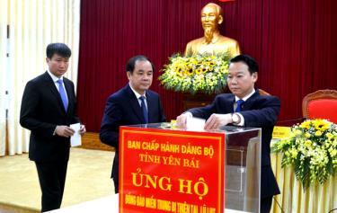 Các đồng chí lãnh đạo Thường trực Tỉnh ủy Yên Bái ủng hộ đồng bào miền Trung tại Hội nghị lần thứ 2 Ban Chấp hành Đảng bộ tỉnh.