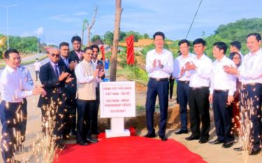 """Officials of the Indian Embassy in Vietnam and leaders of the Yen Bai provincial People's Committee plant 125 """"giang huong"""" trees which are gifts from the Indian Embassy."""
