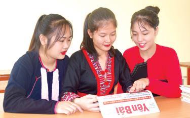Học sinh Trường Phổ thông Dân tộc nội trú THPT tỉnh Yên Bái đọc báo Đảng. (Ảnh: T.L)