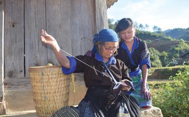 Đồng bào Mông huyện Mù Cang Chải bảo tồn và phát huy tốt nét đẹp văn hóa trong thêu, may trang phục truyền thống.