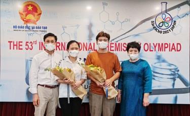 Hai học sinh Trường Trung học phổ thông chuyên Hà Nội – Amsterdam (đứng giữa) giành Huy chương vàng Olympic hóa học quốc tế năm học 2020-2021.