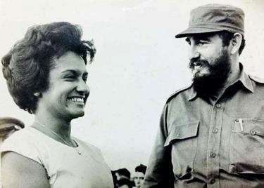 Nữ nhà báo Marta Rojas và lãnh tụ cách mạng Fidel castro.