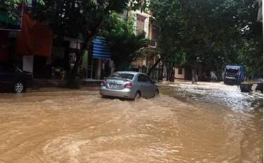 Đường Kim Đồng, phường Minh Tân, thành phố Yên Bái thường xuyên bị ngập sâu khi có mưa to kéo dài, người dân cần chủ động ứng phó.