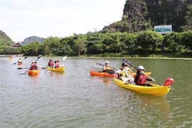 Du khách trải nghiệm chèo thuyền kayak tại Tràng An khi dịch COVID-19 chưa bùng phát và lây lan mạnh.