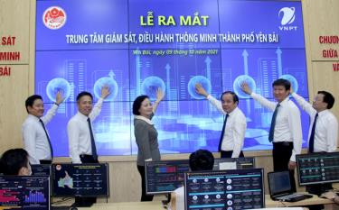 Minister of Home Affairs Pham Thi Thanh Tra and leaders of VNPT Group and Yen Bai city press the button to launch the Intelligent Operations Center (IOC) of Yen Bai city on October 9.
