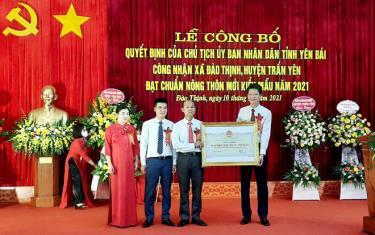 Đồng chí Nguyễn Thế Phước – Phó Chủ tịch Thường trực UBND tỉnh trao bằng công nhận đạt chuẩn nông thôn mới kiểu mẫu cho xã Đào Thịnh.