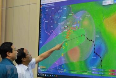 Phó Thủ tướng Lê Văn Thành xem sơ đồ đường đi của bão số 7.