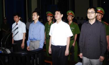 Trần Huỳnh Duy Thức (bìa trái) bị tuyên phạt 16 năm tù giam về tội hoạt động nhằm lật đổ chính quyền nhân dân