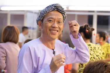Đoàn từ thiện nghệ sĩ Hoài Linh trao 1,5 tỷ đồng cho bà con huyện Triệu Phong, Quảng Trị. Hình ảnh Hoài Linh diễn hài ở nhà hát Bến Thành (TP.HCM) tháng 1/2020.
