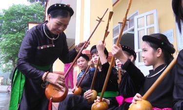 Các thành viên CLB khuyến học Tiếng nói, chữ viết dân tộc Tày, xã Việt Hồng, huyện Trấn Yên học hát dân ca Tày.