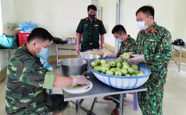 Bộ  đội Trung đoàn 121 đang chuẩn bị bữa ăn cho đồng bào trong khu cách ly.
