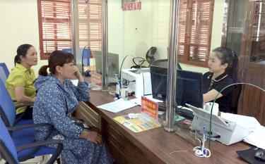 Người dân huyện Trấn Yên làm thủ tục hành chính tại Bộ phận Phục vụ hành chính công của huyện.