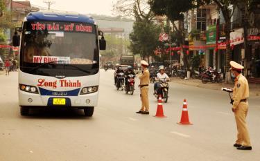 Cán bộ, chiến sỹ Đội Cảnh sát giao thông (CSGT) đường bộ số 1, Phòng CSGT, Công an tỉnh Yên Bái lập chốt kiểm tra nồng độ cồn đối với người điều khiển phương tiện giao thông.