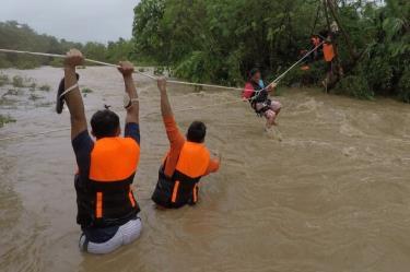 Nhân viên cứu hộ sơ tán người dân khỏi căn nhà gần con sông nước dâng cao do mưa lớn từ bão Kompasu ở thị trấn Gonzaga, tỉnh Cagayan, phía bắc Manila hôm 11/10.