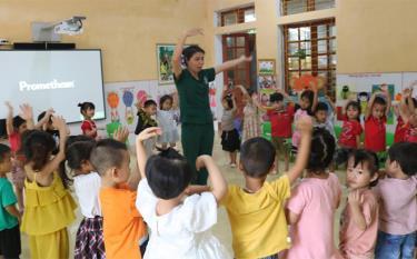Tiết học sôi nổi của cô giáo Nguyễn Thị Hương cùng các bé lớp 5 tuổi.